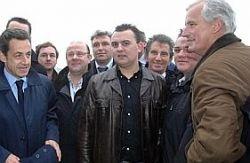 Bruno Margollé (en arrière plan avec les lunettes) et ses fils lors de la visite de Nicolas Sarkozy sur leur bateau à Boulogne